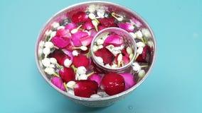 Woda w pucharze mieszającym z pachnidłem i kwiatami koronowymi dla Songkran festiwalu w Tajlandia Obraz Stock