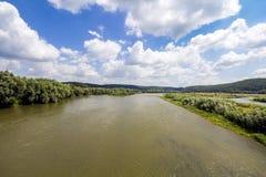 Woda w szerokiej rzece w lecie z zielonymi drzewami na bankach Zdjęcia Royalty Free