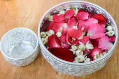 Woda z jaśminem i różami koronowymi w pucharze Fotografia Royalty Free