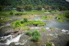 Woda z małym basenem na odgórnej i zielonej trawie w foregr Fotografia Royalty Free