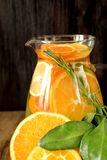 Woda z pomarańcze, cytryny i mandarynki plasterkami, obraz stock