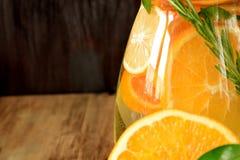 Woda z pomarańcze, cytryny i mandarynki plasterkami, obrazy royalty free