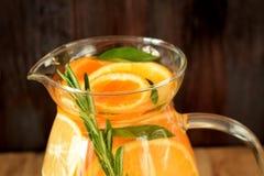 Woda z pomarańcze, cytryny i mandarynki plasterkami, fotografia stock