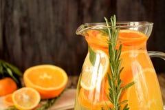 Woda z pomarańcze, cytryny i mandarynki plasterkami, zdjęcie royalty free