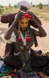 Wodaabe-Mann, der für Gerewol, Niger sich vorbereitet Stockfotografie