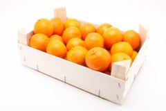 Wodden ask full av mandarines på vit bakgrund Royaltyfri Bild