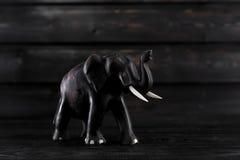 Wodden-Elefantstatue auf hölzernem Hintergrund Lizenzfreie Stockfotos