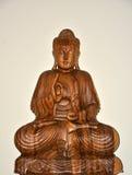 Wodden que sienta a Buda imagen de archivo libre de regalías