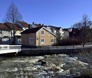 Woddenhuis dicht bij een stroom Royalty-vrije Stock Afbeeldingen