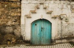 Woden den vita väggen för det gamla huset och åldriga blått dörren royaltyfria foton