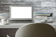 Wodern arbetsplats med den vita bärbara datorn arkivfoton