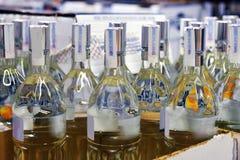 Wodka in einer Pappschachtel Stockbild