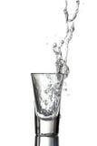 Wodka gegossen stockbild