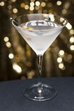 Wodka Martini mit Olive schmücken Lizenzfreies Stockbild