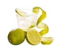 Wodka met kalk en ijs stock afbeeldingen
