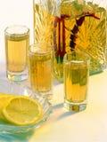 Wodka mit Pfeffer und einer Zitrone stockfoto