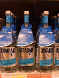 Wodka op de planken in een supermarkt Stock Foto
