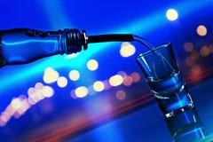 Wodka op glaslijst royalty-vrije stock foto