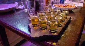 Wodka-Schüsse auf einem Behälter lizenzfreie stockbilder