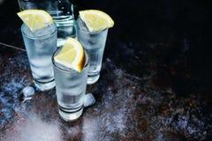 wodka Schoten, glazen met wodka met ijs Donkere steenachtergrond De ruimte van het exemplaar Selectieve nadruk stock foto's