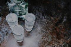 wodka Schoten, glazen met wodka met ijs Donkere steenachtergrond De ruimte van het exemplaar Selectieve nadruk stock afbeeldingen