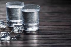 Wodka in schoten, selectieve nadruk wordt gegoten die royalty-vrije stock afbeelding