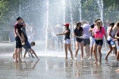 Wodna batalistyczna zabawa dla wieków dojrzewania Zdjęcie Royalty Free