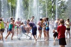 Wodna batalistyczna zabawa dla wieków dojrzewania Zdjęcia Royalty Free