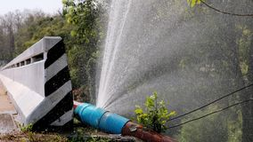 Wodna bieżąca strata od dużej pvc wody tubki używa dla planeta zasoby pomysłu pojęcia oprócz zbiory wideo