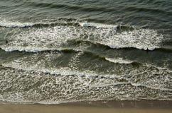 Wodna fala przy morze plażą Obrazy Stock