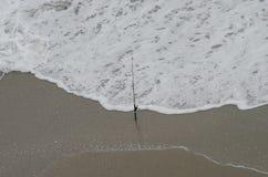 Wodna fala przy morze plażą Obrazy Royalty Free