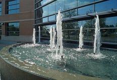 Wodna fontanna Na zewnątrz budynku biurowego Zdjęcie Stock