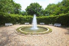 Wodna fontanna w angielskim ogrodowym use dla wielocelowego tła Obrazy Stock