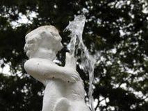 Wodna fontanna w formie ch?opiec trzyma ryby od czyj usta p?ynie woda obrazy royalty free