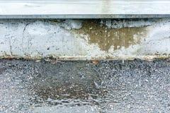 Wodna kałuża na asfaltowym bruku po deszczu zdjęcie royalty free