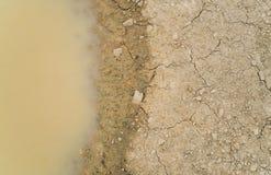 Wodna kałuża na brudnej ziemi ziemi Fotografia Stock