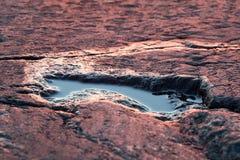 Wodna kałuża na skalistym brzeg podczas zmierzchu zdjęcie stock