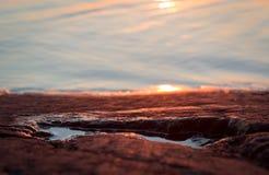 Wodna kałuża na skalistym brzeg podczas zmierzchu obrazy royalty free
