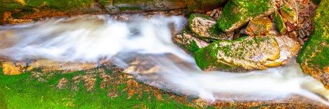 Wodna kaskada mała zatoczka między mechatymi kamieniami długo ekspozycji Fotografia Royalty Free