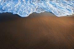 Wodna kipieli krawędź na plaży Fotografia Royalty Free