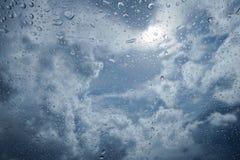 Wodna kropla deszcz na niebieskim niebie i chmurze w tle szklanych, zamazanych, selekcyjna ostrość zdjęcia royalty free
