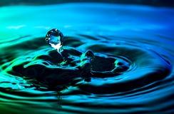 Wodna kropla i czochry strzelaliśmy na ładnym błękitnej zieleni turkusu tle Zdjęcie Stock