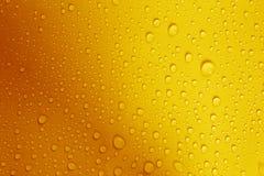 wodna kropla na świeżym żółtym tle obraz royalty free