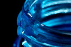 Wodna kropla na błękitnej plastikowej butelce, szyja z nicią, makro- obraz royalty free