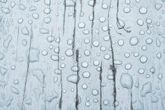 Wodna kropla na drewnianym tle Obrazy Stock