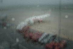 Wodna kropla na okno i samolocie przy lotniskiem zdjęcia royalty free