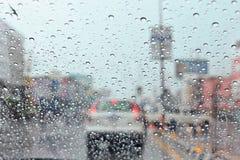 Wodna kropla na ruchu drogowego dżemu i elektrycznym świetle w deszczu Zdjęcia Royalty Free