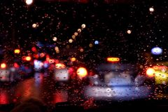 Wodna kropla na samochodowym szklanym okno po tym jak deszcz, rozmyty tło ilustracji