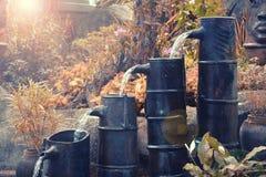 Wodna kropla od dzbanka w naturalnym ogródzie z antyka stylem Fotografia Stock