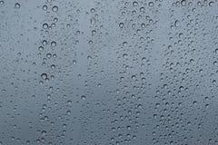 Wodna kropla przy nadokiennym szkłem przejrzystym W dzień inclement ulewnego deszczu i pogody Zdjęcie Stock